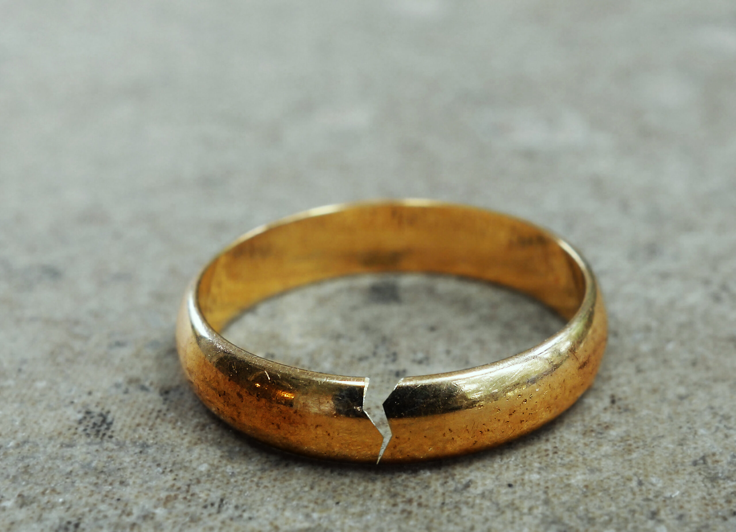 Cracked,Gold,Wedding,Ring,--,Divorce,Or,Infidelity,Concept